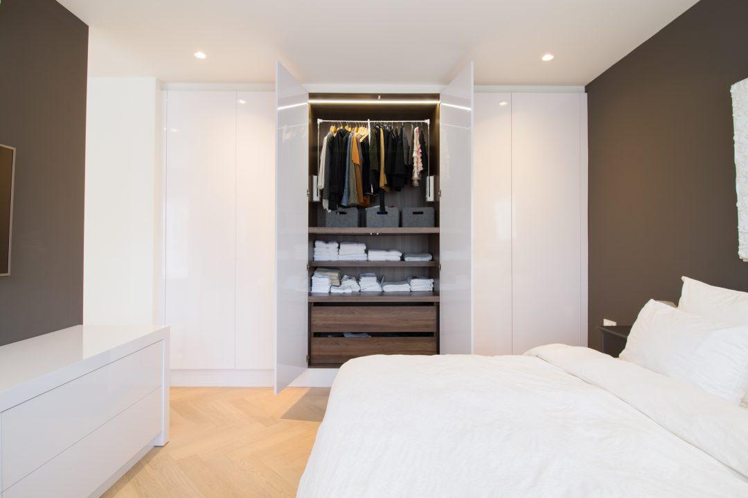 Witte garderobekast met notenhouten look