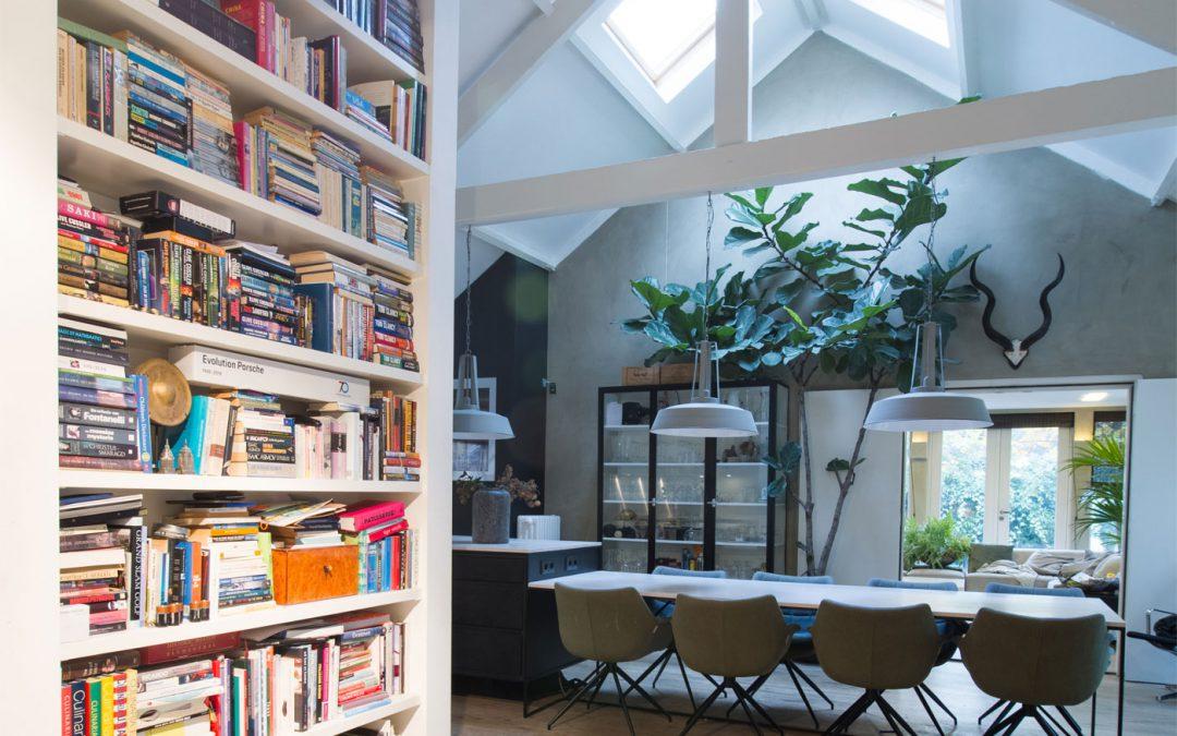 Boekenkast van vloer tot plafond